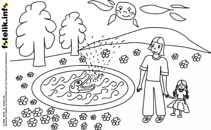 Dziewczynka z lalą przy jeziorku z rybą